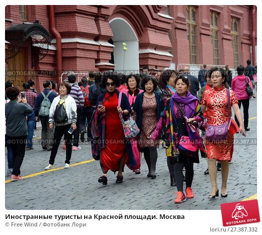 Купить «Иностранные туристы на Красной площади. Москва», фото № 27387332, снято 25 июня 2017 г. (c) Free Wind / Фотобанк Лори