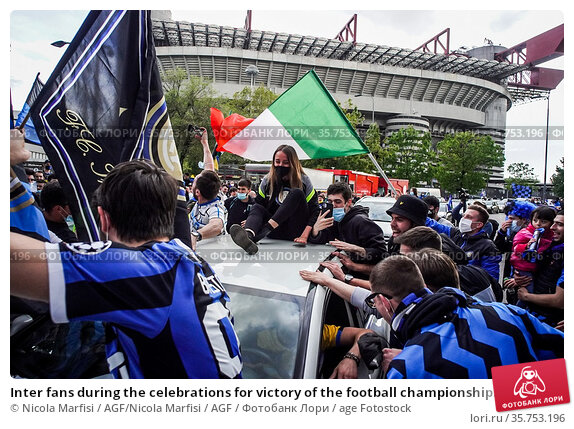 Inter fans during the celebrations for victory of the football championship... Редакционное фото, фотограф Nicola Marfisi / AGF/Nicola Marfisi / AGF / age Fotostock / Фотобанк Лори