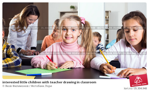interested little children with teacher drawing in classroom. Стоковое фото, фотограф Яков Филимонов / Фотобанк Лори