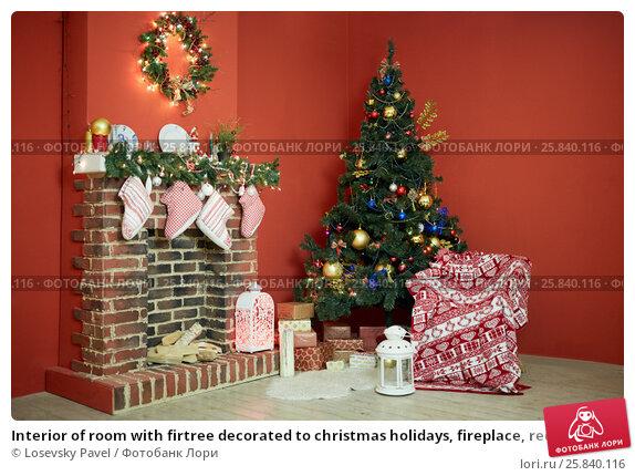 Купить «Interior of room with firtree decorated to christmas holidays, fireplace, red walls», фото № 25840116, снято 9 января 2015 г. (c) Losevsky Pavel / Фотобанк Лори
