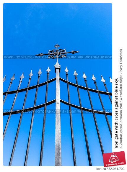 Iron gate with cross against blue sky. Стоковое фото, фотограф Zoonar.com/Germano Poli / easy Fotostock / Фотобанк Лори