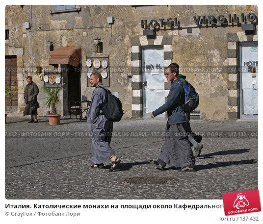 Италия. Католические монахи на площади около Кафедрального собора города Орвьето, фото № 137432, снято 14 октября 2007 г. (c) GrayFox / Фотобанк Лори