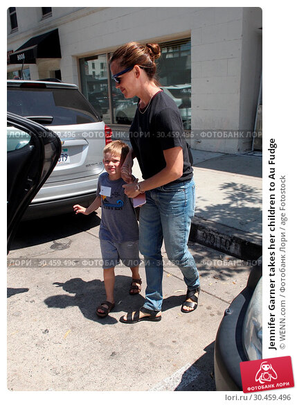 Jennifer Garner takes her children to Au Fudge (2017 год). Редакционное фото, фотограф WENN.com / age Fotostock / Фотобанк Лори