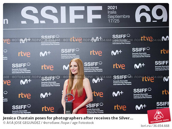 Jessica Chastain poses for photographers after receives the Silver... Редакционное фото, фотограф ©JOSE GEGUNDEZ / age Fotostock / Фотобанк Лори
