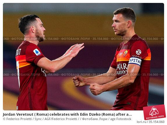 Jordan Veretout ( Roma) celebrates with Edin Dzeko (Roma) after a... Редакционное фото, фотограф Federico Proietti / Sync / AGF/Federico Proietti / / age Fotostock / Фотобанк Лори
