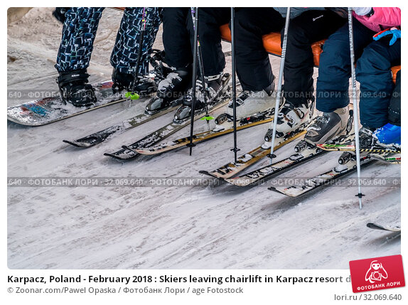 Karpacz, Poland - February 2018 : Skiers leaving chairlift in Karpacz resort during winter school holidays, Karkonosze mountains. Стоковое фото, фотограф Zoonar.com/Pawel Opaska / age Fotostock / Фотобанк Лори