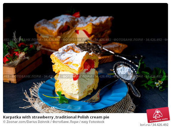 Karpatka with strawberry ,traditional Polish cream pie. Стоковое фото, фотограф Zoonar.com/Darius Dzinnik / easy Fotostock / Фотобанк Лори
