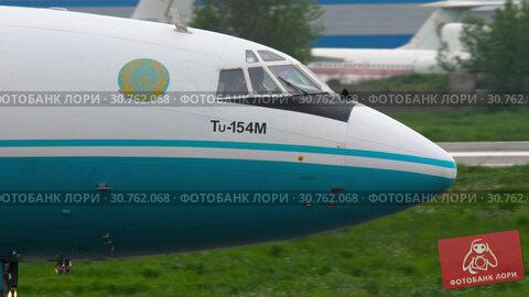 Купить «Kazakhstan Tupolev 154 taxiing», видеоролик № 30762068, снято 4 мая 2019 г. (c) Игорь Жоров / Фотобанк Лори