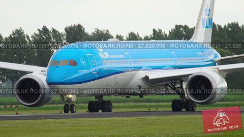 Купить «KLM Boeing 787 Dreamliner before departure», видеоролик № 27520096, снято 25 июля 2017 г. (c) Игорь Жоров / Фотобанк Лори