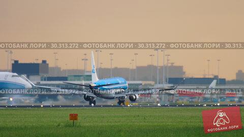 Купить «KLM Cityhopper Embraer ERJ-175 approaching», видеоролик № 30313272, снято 25 июля 2017 г. (c) Игорь Жоров / Фотобанк Лори