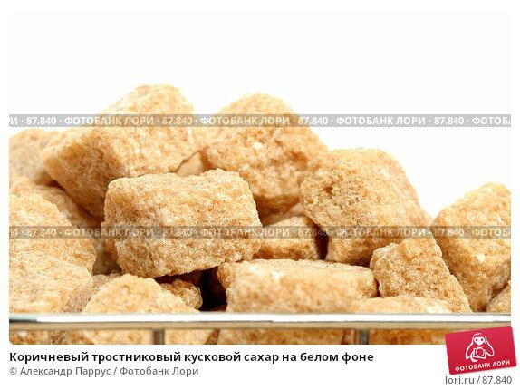 Коричневый тростниковый кусковой сахар на белом фоне, фото № 87840, снято 14 сентября 2007 г. (c) Александр Паррус / Фотобанк Лори