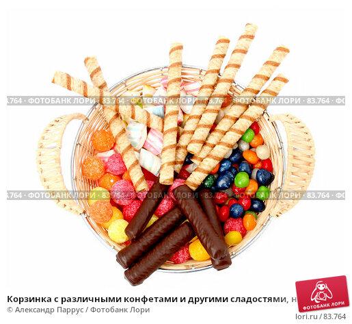 Корзинка с различными конфетами и другими сладостями, на белом фоне, фото № 83764, снято 9 января 2007 г. (c) Александр Паррус / Фотобанк Лори