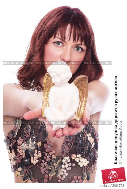 Красивая девушка держит в руках ангела, фото № 236708, снято 26 марта 2017 г. (c) hunta / Фотобанк Лори