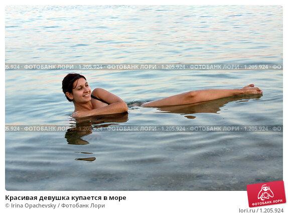 Красивая худышка купается в море