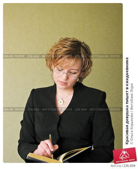 Красивая девушка пишет в ежедневнике, фото № 236604, снято 12 апреля 2007 г. (c) Ольга Хорькова / Фотобанк Лори