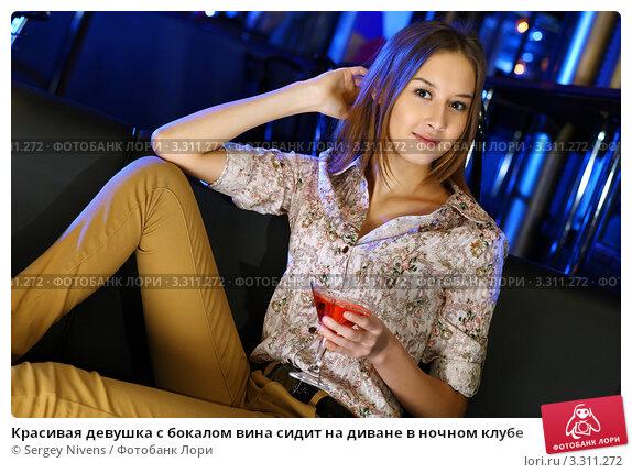 s-ochen-krasivoy-devushkoy-na-divane