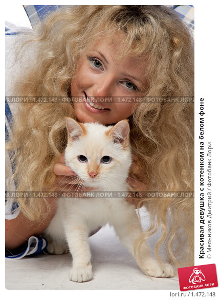Блондинка с котенком на пляже / Эротическое фото / Ай-ай