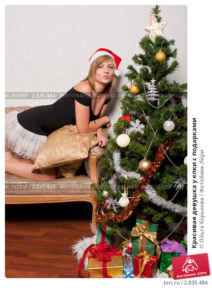 Красивые девушки под ёлкой в хорошем качестве фотоография