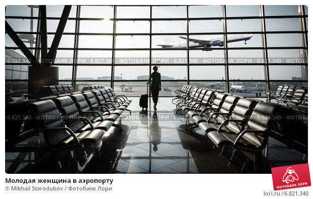 Купить «Красивая молодая женщина в аэропорту», фото № 6821340, снято 4 октября 2018 г. (c) Mikhail Starodubov / Фотобанк Лори