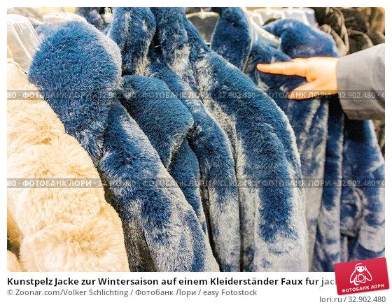 Kunstpelz Jacke zur Wintersaison auf einem Kleiderständer Faux fur jacket for winter season on a clothes rack. Стоковое фото, фотограф Zoonar.com/Volker Schlichting / easy Fotostock / Фотобанк Лори