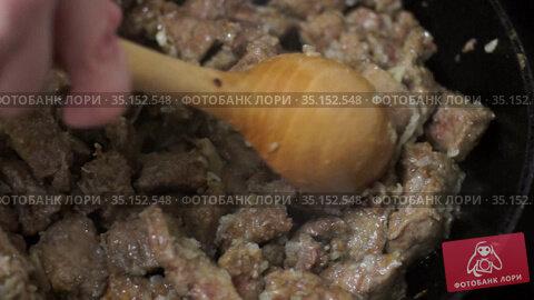 Кусочки говяжьей печени тушатся с луком на сковороде. Стоковое видео, видеограф Sergei Gorin / Фотобанк Лори