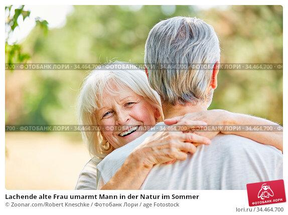 Lachende alte Frau umarmt Mann in der Natur im Sommer. Стоковое фото, фотограф Zoonar.com/Robert Kneschke / age Fotostock / Фотобанк Лори