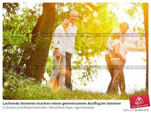 Lachende Senioren machen einen gemeinsamen Ausflug im Sommer. Стоковое фото, фотограф Zoonar.com/Robert Kneschke / age Fotostock / Фотобанк Лори