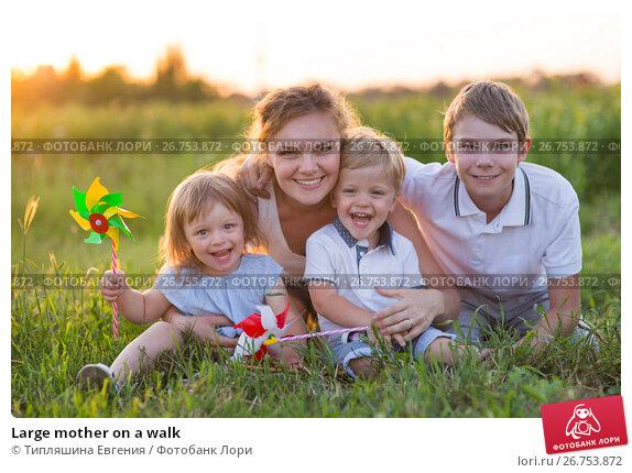 Large mother on a walk, фото № 26753872, снято 21 июня 2017 г. (c) Типляшина Евгения / Фотобанк Лори