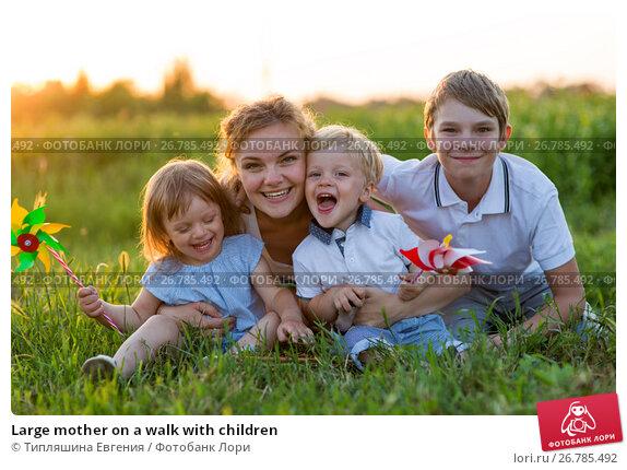 Купить «Large mother on a walk with children», фото № 26785492, снято 21 июня 2017 г. (c) Типляшина Евгения / Фотобанк Лори