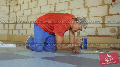 Купить «Laying rubber floor tiles», видеоролик № 26812040, снято 19 марта 2018 г. (c) Константин Мерцалов / Фотобанк Лори