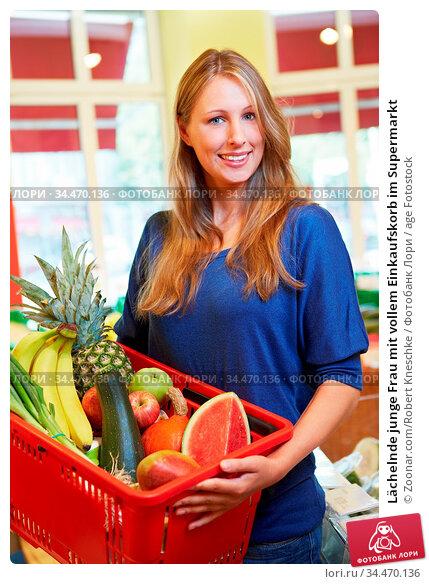 Lächelnde junge Frau mit vollem Einkaufskorb im Supermarkt. Стоковое фото, фотограф Zoonar.com/Robert Kneschke / age Fotostock / Фотобанк Лори