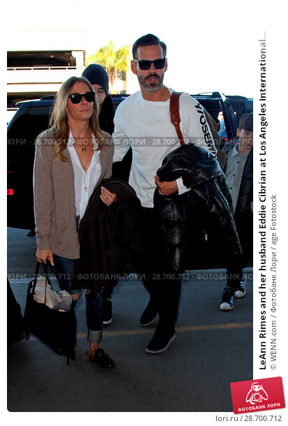 Купить «LeAnn Rimes and her husband Eddie Cibrian at Los Angeles International Airport (LAX) Featuring: LeAnn Rimes, Eddie Cibrian Where: Los Angeles, California...», фото № 28700712, снято 28 декабря 2016 г. (c) age Fotostock / Фотобанк Лори