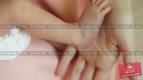 Legs of newborn at home. Стоковое видео, видеограф Потийко Сергей / Фотобанк Лори