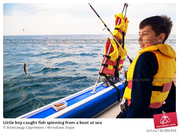 Little boy caught fish spinning from a boat at sea (2019 год). Редакционное фото, фотограф Александр Сергеевич / Фотобанк Лори