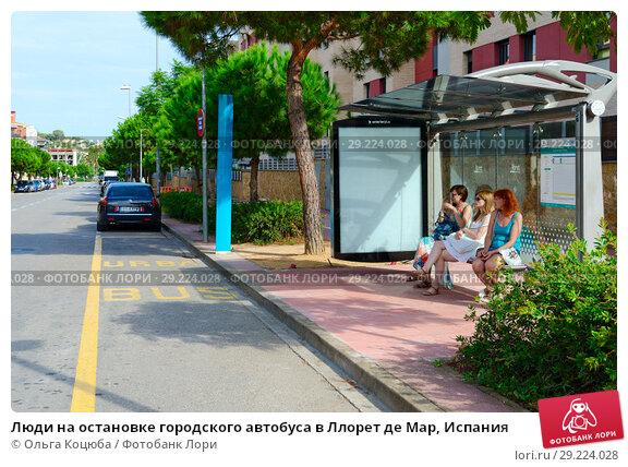 Купить «Люди на остановке городского автобуса в Ллорет де Мар, Испания», фото № 29224028, снято 9 сентября 2018 г. (c) Ольга Коцюба / Фотобанк Лори