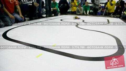 Купить «Люди смотрят на робота двигающегося по черным линиям», видеоролик № 3774788, снято 2 февраля 2012 г. (c) Losevsky Pavel / Фотобанк Лори