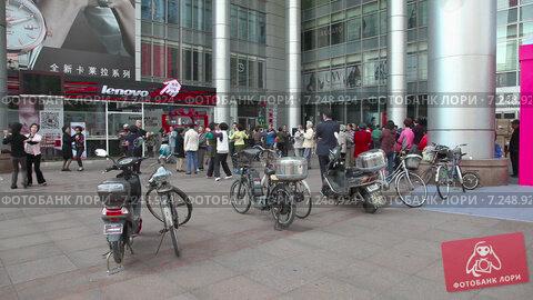 Купить «Люди танцуют на улице Шанхая. Китай», видеоролик № 7248924, снято 6 мая 2014 г. (c) Кирилл Трифонов / Фотобанк Лори
