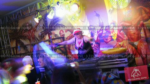 Купить «Люди танцуют в клубе. ночь анимации 2 x 2 (Таймлапс)», видеоролик № 3729180, снято 18 декабря 2010 г. (c) Losevsky Pavel / Фотобанк Лори
