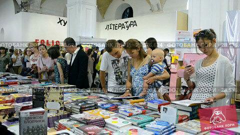 Купить «Люди выбирают книги на книжной ярмарке. Киев, Украина», видеоролик № 28576624, снято 10 июня 2018 г. (c) FMRU / Фотобанк Лори