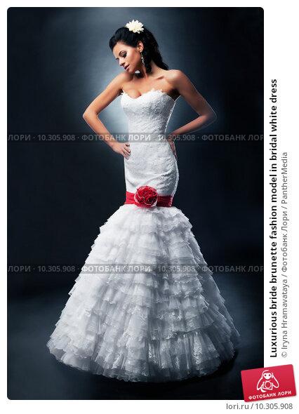 Купить «Luxurious bride brunette fashion model in bridal white dress», фото № 10305908, снято 8 декабря 2018 г. (c) PantherMedia / Фотобанк Лори
