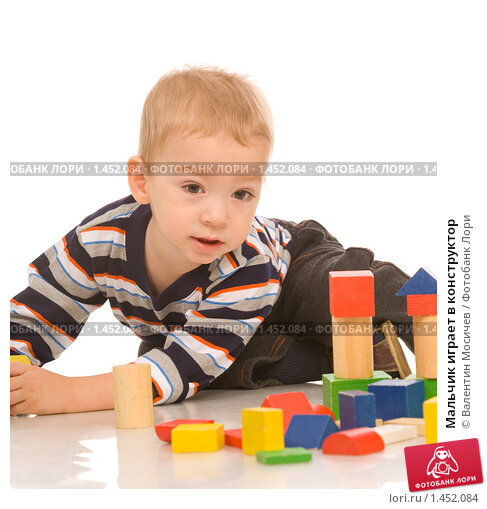 Мальчик играет в конструктор, фото № 1452084, снято 29 ноября 2008 г. (c) Валентин Мосичев / Фотобанк Лори