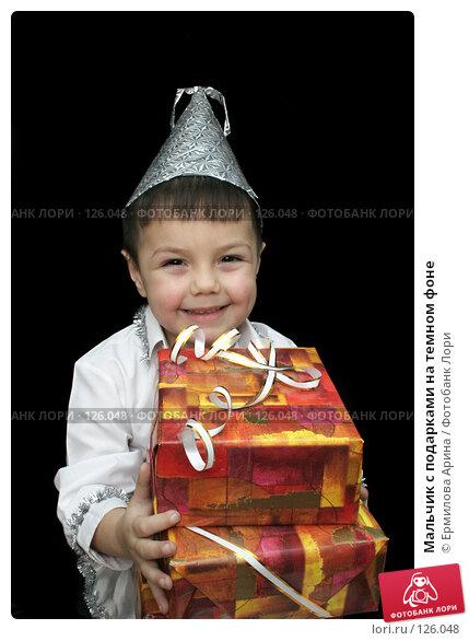 Мальчик с подарками на темном фоне, фото № 126048, снято 25 ноября 2007 г. (c) Ермилова Арина / Фотобанк Лори