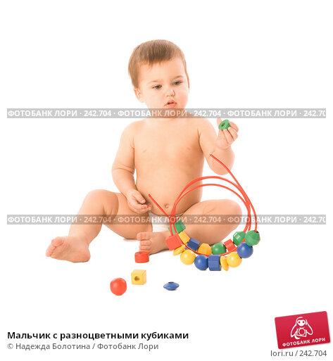 Мальчик с разноцветными кубиками, фото № 242704, снято 25 мая 2017 г. (c) Надежда Болотина / Фотобанк Лори