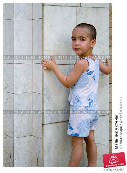 Мальчик у стены, фото № 84452, снято 21 июля 2007 г. (c) Ольга Марк / Фотобанк Лори