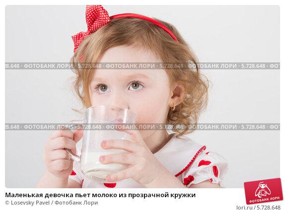 Купить «Маленькая девочка пьет молоко из прозрачной кружки», фото № 5728648, снято 4 апреля 2013 г. (c) Losevsky Pavel / Фотобанк Лори