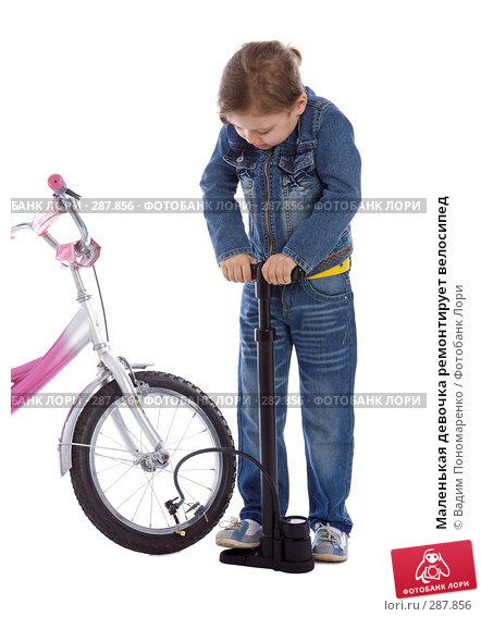 Маленькая девочка ремонтирует велосипед, фото № 287856, снято 1 мая 2008 г. (c) Вадим Пономаренко / Фотобанк Лори
