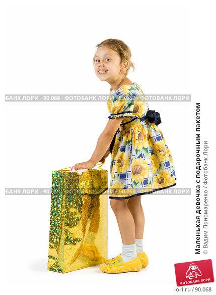 Маленькая девочка с подарочным пакетом, фото № 90068, снято 16 июля 2007 г. (c) Вадим Пономаренко / Фотобанк Лори