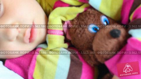 Купить «Маленькая девочка спит в поезде, обняв игрушечного медведя», видеоролик № 3562180, снято 3 января 2010 г. (c) Losevsky Pavel / Фотобанк Лори