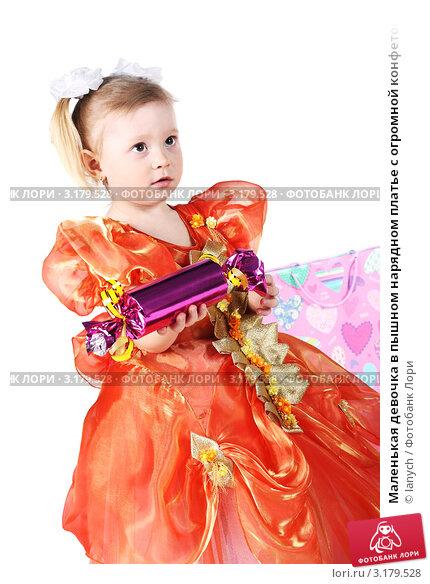 Маленькая девочка в пышном  фото