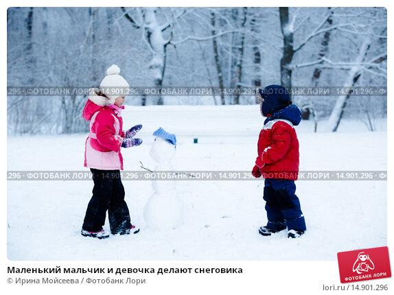 Купить «Маленький мальчик и девочка делают снеговика», фото № 14901296, снято 10 января 2015 г. (c) Ирина Мойсеева / Фотобанк Лори
